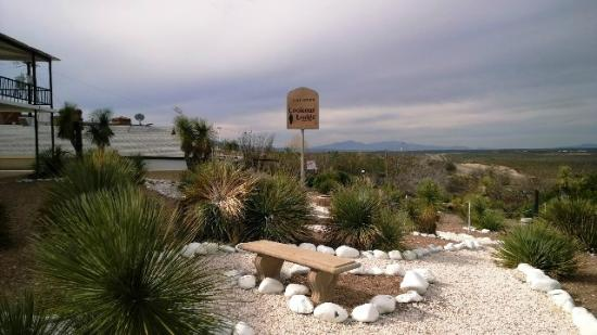 Landmark Lookout Lodge: Sign with view to the South and sitting benches