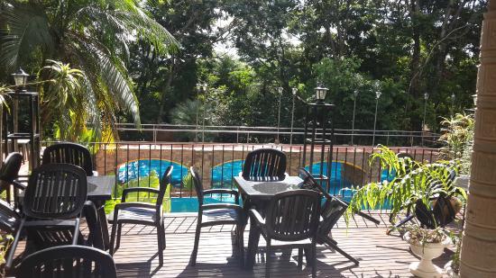 Cabanas Del Lenador Hotel: balcon para cenar, vista de la pileta