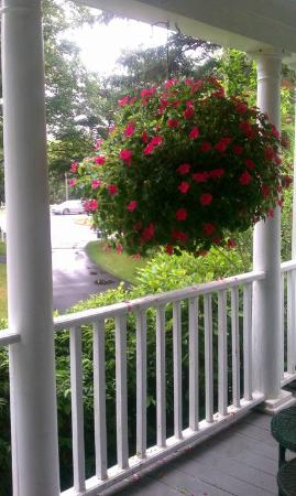 Old Sea Pines Inn: View from the driveway side of the front porch