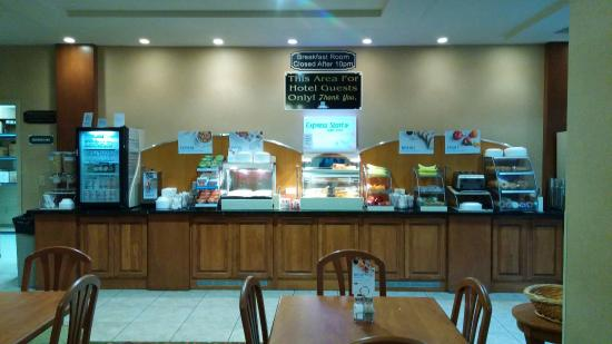 Triple Play Resort Hotel & Suites: They're hot  breakfast bar included cinnamon rolls, cheese eggs, bacon, biscuts and gravy, oat m