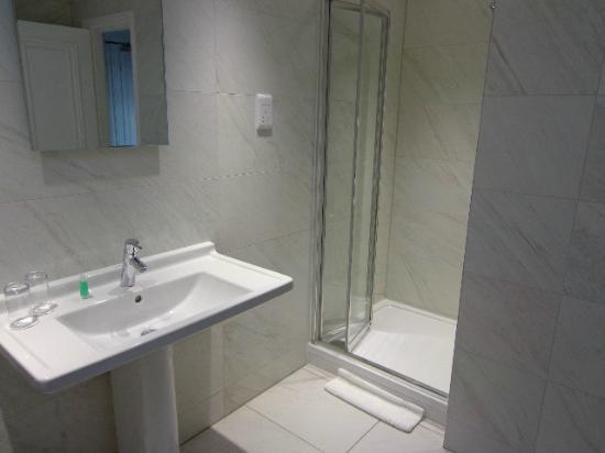 Astley Bank Hotel: executive bathroom