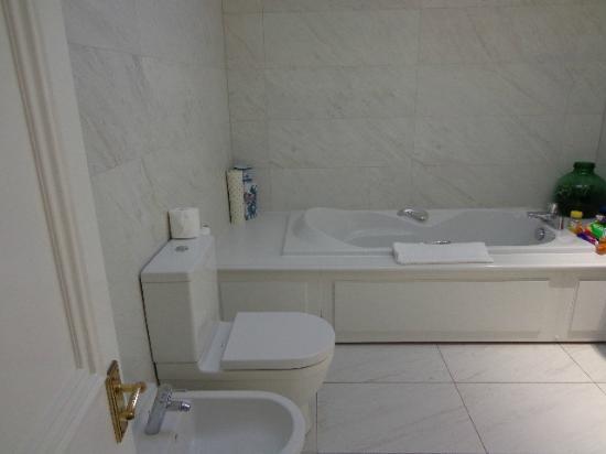 Astley Bank Hotel: ex bathroom