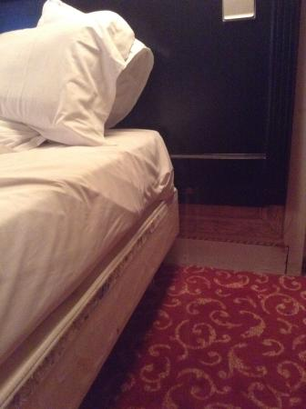 Residence Unic Renoir Saint Germain : Velcro round bed had other people's hairs stuck to it