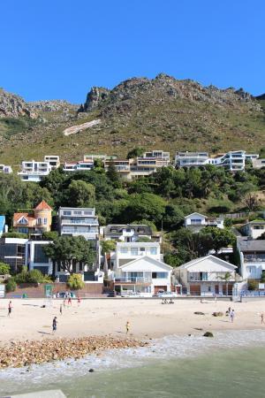 Gordon's Bay, แอฟริกาใต้: VIEW OF BEACH, GUESTHOUSE & MOUNTAIN