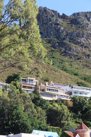 Gordon's Bay, แอฟริกาใต้: VIEW OF MOUNTAIN & GUESTHOUSE