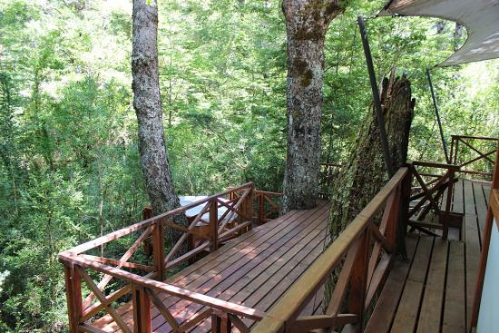 Lemu Lodge Caburgua: Blick auf Terrasse und Hot Tube