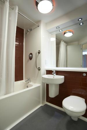 Northwich Lostock Gralam Hotel - Family Bathroom