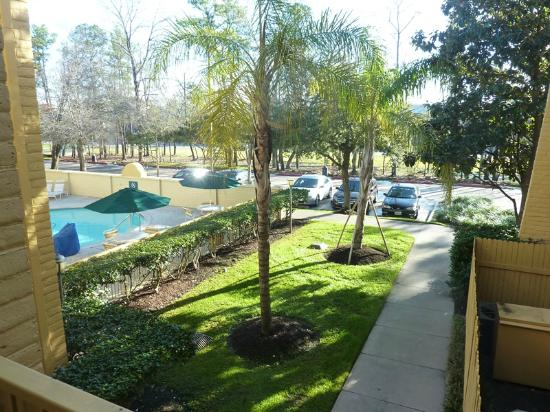 La Quinta Inn The Woodlands North: Front side (I-45) with pool