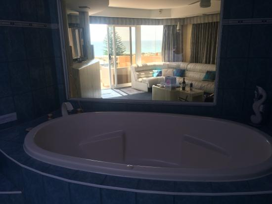 Beach Manor Bed and Breakfast Perth: The view from the bath!!