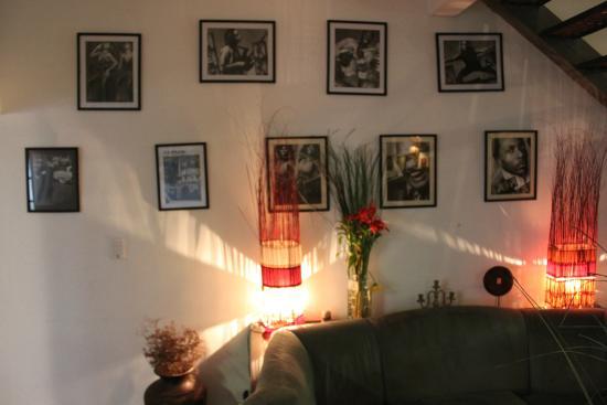 Jam Suites Boutique Hotel: parede com quadros de músicos/cantores