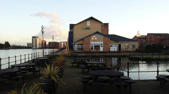 Holiday Inn Express Cardiff Bay: The outside is a lovely area
