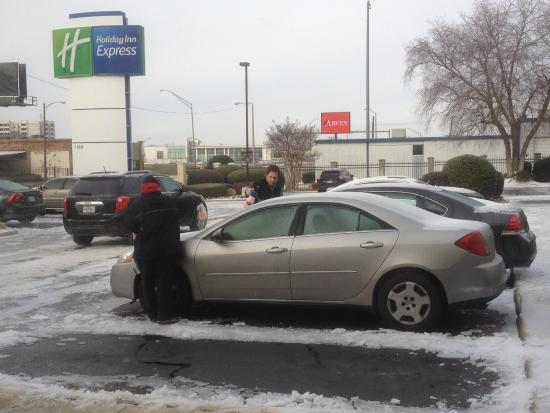 Holiday Inn Express - Medical Center Midtown: General manager and employee cleaning customers cars off.