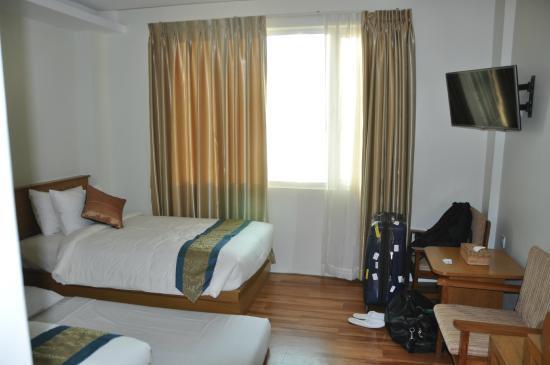 Ngwe Moe Hotel Mawlamyine : chambre (avec matelas supplementaire donc mal rangée)