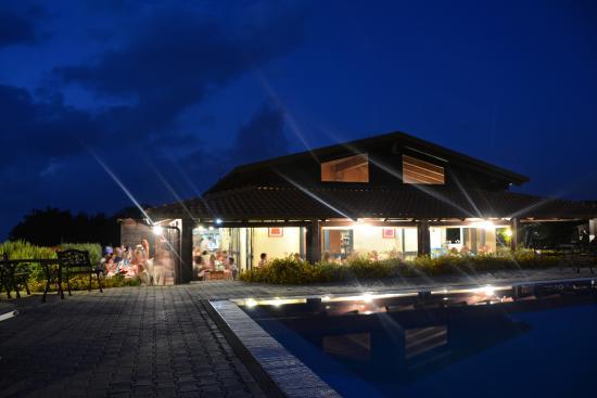 Agriturismo Ninea: Zwembad en restaurant Ninea
