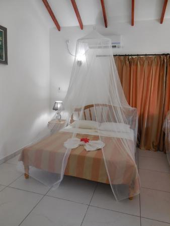 Villa Veuve: notare la testata del letto
