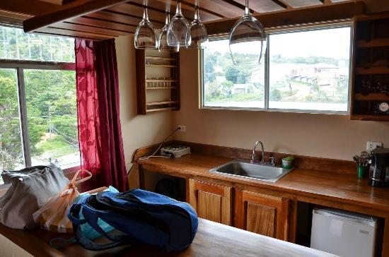 Sleepers Sleep Cheaper Hostel: La barra con la cocina y demas