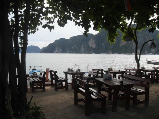 Phi Phi Rimlay Cottage : seating area on beach side