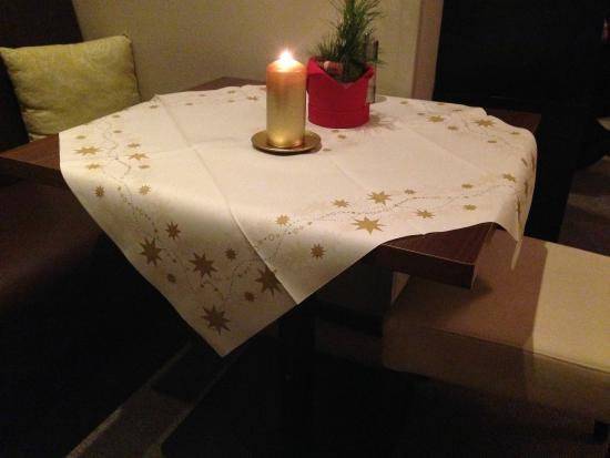 Inselhotel König: Papiertischdecken am Weihnachtsmenu