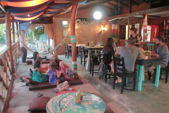 Todo es Posible: Inside the restaurant, having an early dinner with another family