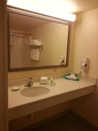 University Inn: Bathroom