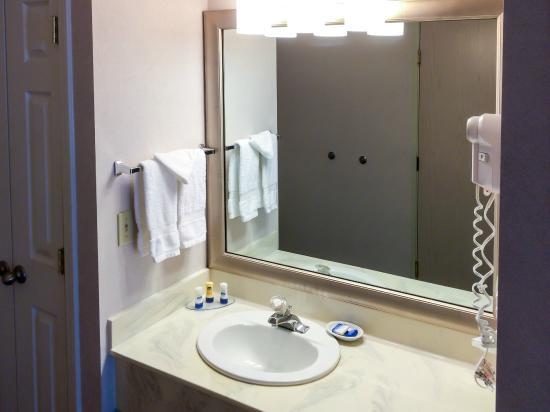 BEST WESTERN PLUS Northwoods Inn: Sink Area Separate from Main Bathroom