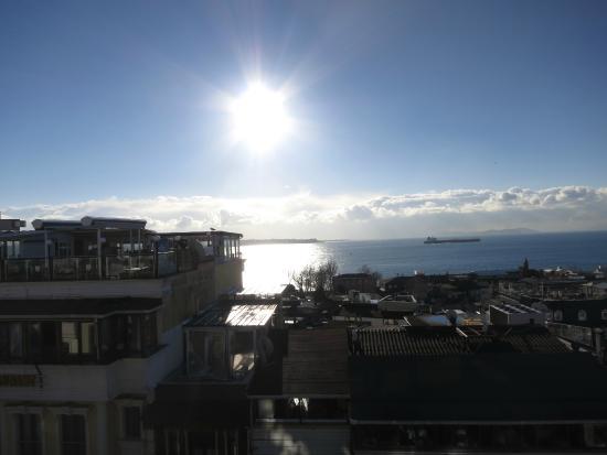 GLK PREMIER Regency Suites & Spa: Вид с Террасы на Босфор в ясную погоду