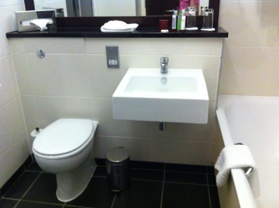 Carlton Hotel Blanchardstown: Bathroom - bath on the right
