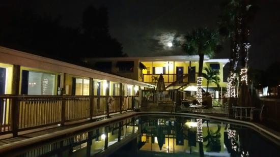 Barefoot Bay Resort and Marina: night view of pool