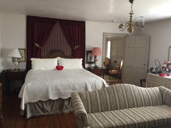 Spring Grove Farm Bed and Breakfast: Rose Room Suite