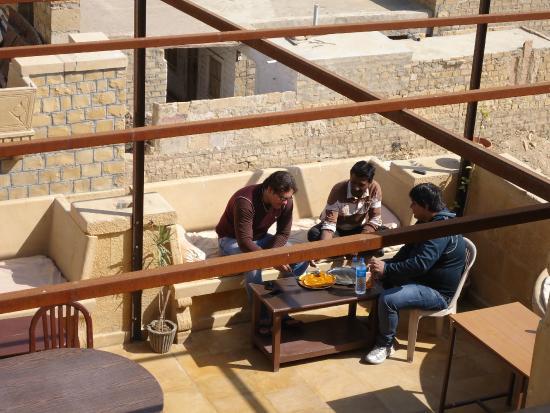 Hotel Nirmal Haveli: Blick von der oberen Dachterrasse auf die Untere