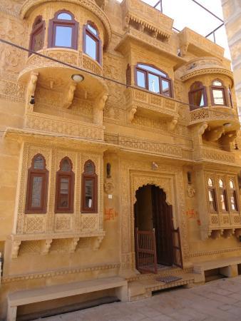 Hotel Nirmal Haveli: Die Front der Hotels – beachte die aufwendigen Steinmetzarbeiten