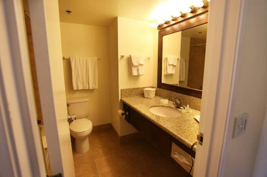 Tonopah Station Hotel, Casino, RV Park: Bathroom