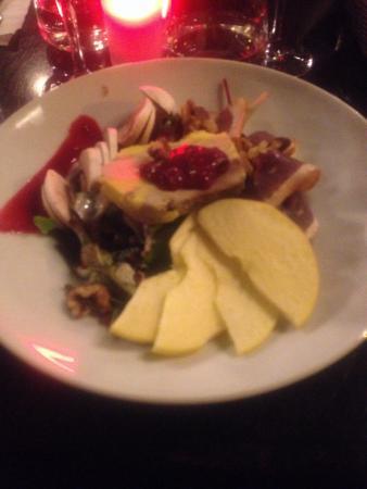 L'Arlequin Cafe: Salade périgourdine avec sauce aux baies, pommes, champignons, foie gras, magret de canard fumé,