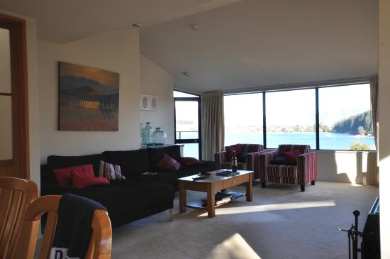 Spinnaker Bay Apartments : Lounge overlooking the water
