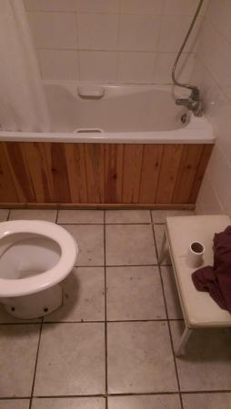 The Bell Hotel: bathroom1