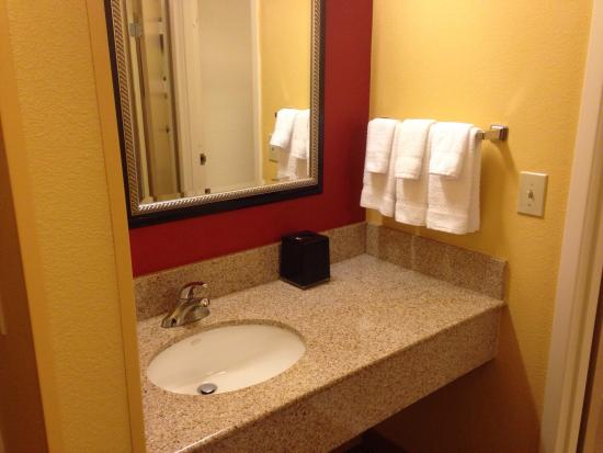 Courtyard Orlando Airport: Sink area of King room