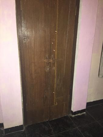 Oka Kartini Bungalow: Safety door lock