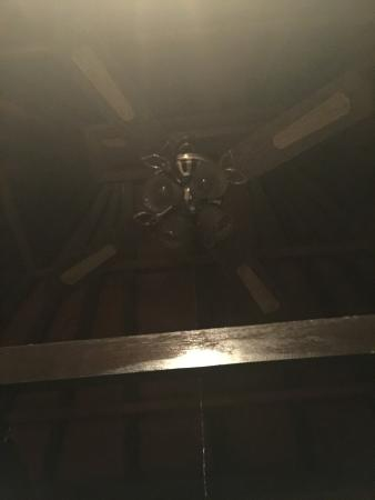 Oka Kartini Bungalow: Non working ceiling fan