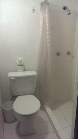 Hotel Belmar: Bathroom and shower