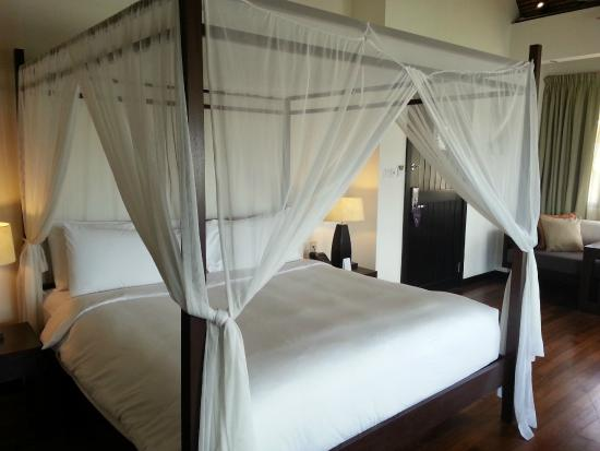 AVANI Sepang Goldcoast Resort: Four Poster Bed With Mosquito Net