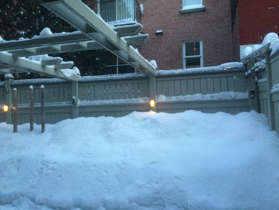 B&B Le Cartier: Snow in the patio area.