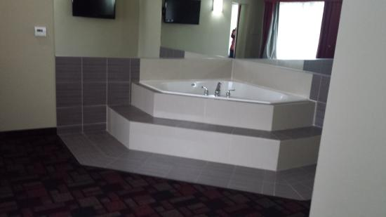 Wingate by Wyndham Lake Charles Casino Area : Separate room with  Jacuzzi