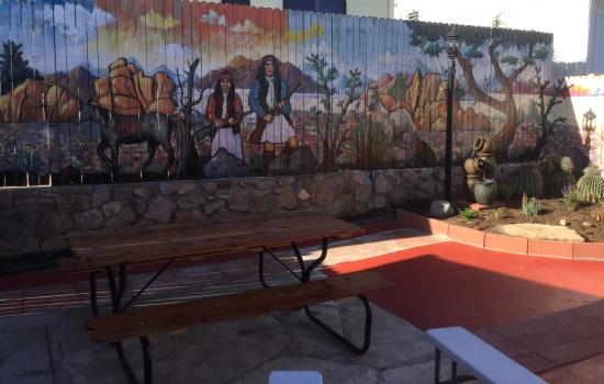 Trail Rider's Inn Motel: Mural of two Indians and scenic background