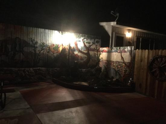 Trail Rider's Inn Motel: Water feature area at night