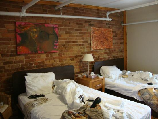 Hotel l'Abri du Voyageur : Our room - love the exposed brick.
