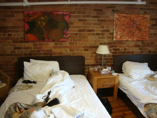 Hotel l'Abri du Voyageur : Our room - again, love the exposed brick.