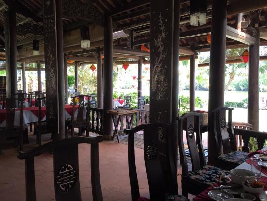 Full Moon Restaurant: Nice place to eat and enjoy river view