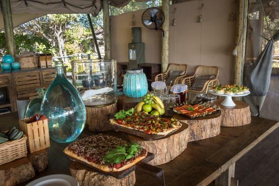 Wilderness Safaris DumaTau Camp: Beautiful breakfast spread at DumaTau