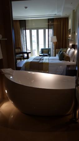 The Ritz-Carlton, Dubai: Lovely bathroom