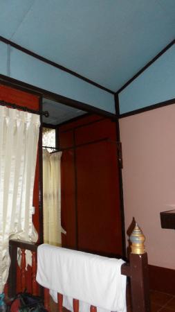 Chaweng Chalet Resort: partie de la chambre, rideux sommaires pour ne pas qu'on voit à l'intérieur, tout est vétuste